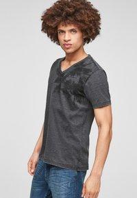 Q/S designed by - ÉTROIT - T-Shirt print - dark grey - 4