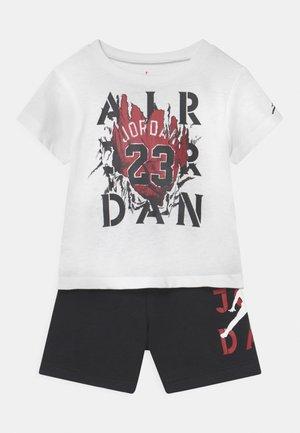 STENCIL SET UNISEX - Camiseta estampada - black
