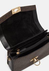 MICHAEL Michael Kors - HENDRIX - Handbag - brown/black - 2