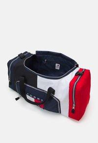 Tommy Jeans - OVERSIZE HERITAGE DUFFLE - Weekendbag - blue - 3
