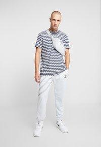 Nike Sportswear - SUBSET - Træningsbukser - pure platinum - 1