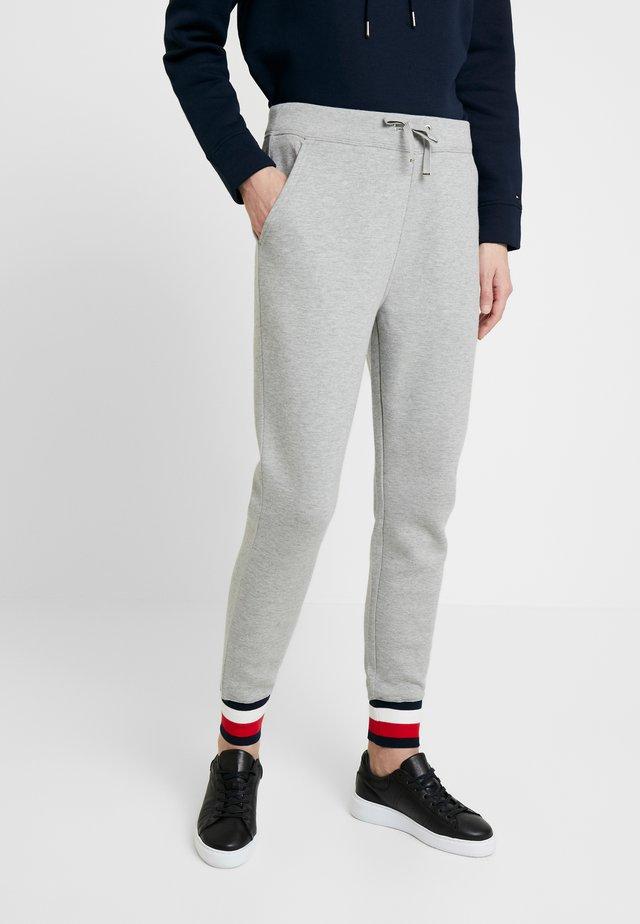 HERITAGE PANTS - Teplákové kalhoty - light grey