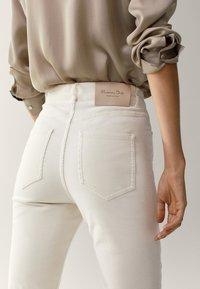 Massimo Dutti - SCHLAG AUS HOHEM  - Flared Jeans - beige - 4