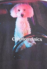 Cleptomanicx - DOG DRIVER - T-shirt z nadrukiem - white - 2