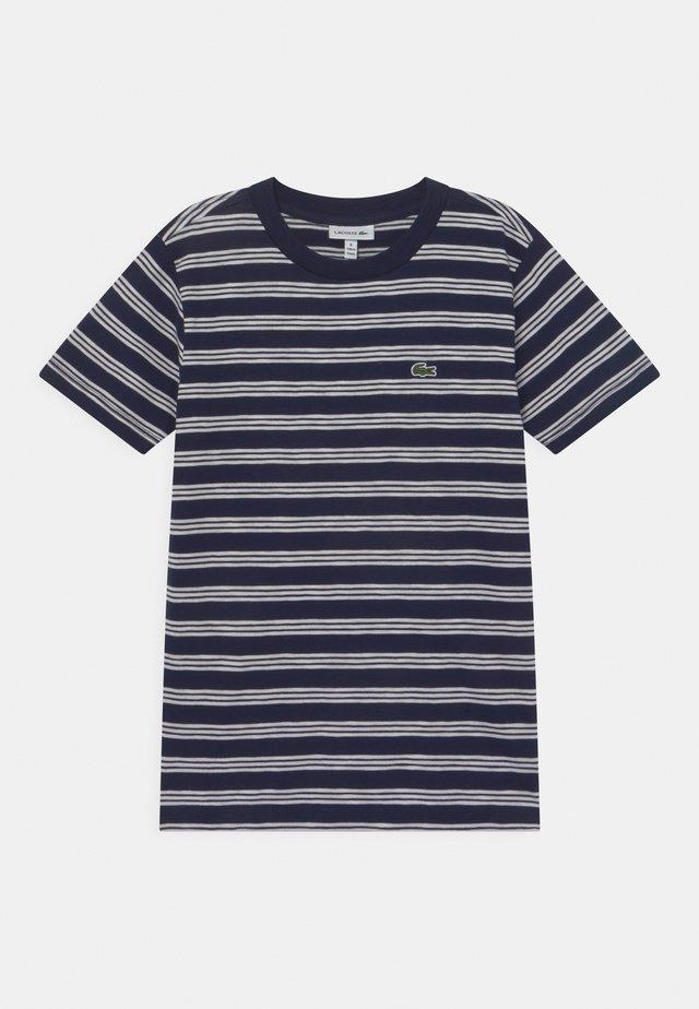ROLLIS - Print T-shirt - navy blue/flour
