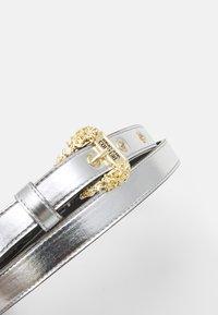 Versace Jeans Couture - LAMINATED BELTS - Riem - argento - 3