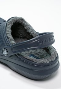Crocs - CLASSIC LINED ROOMY FIT - Tresko - navy/charcoal - 5