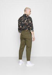 Redefined Rebel - LEE CROPPED PANTS - Pantaloni - dark olive - 2