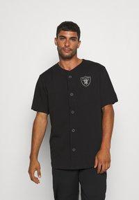New Era - NFL LAS VEGAS RAIDERS GEOMETRIC CAMO BASEBALL JERSEY - Klubové oblečení - black - 0