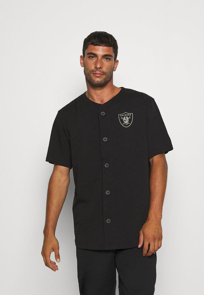 New Era - NFL LAS VEGAS RAIDERS GEOMETRIC CAMO BASEBALL JERSEY - Klubové oblečení - black
