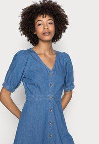 Anna Field - CHAMBREAY SHIRT DRESS - Robe en jean - light blue - 4