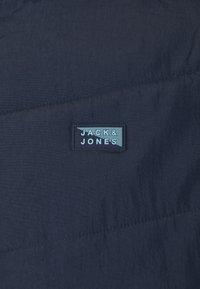Jack & Jones - JCOMAGIC TWIST QUILTED JACKET HOOD - Summer jacket - navy blazer - 2