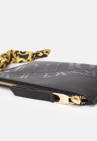 Versace Jeans Couture - THELMA MEDIUM POUCH - Taška spříčným popruhem - nero - 5