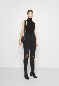 Missguided - BUSTED KNEE MOM JEAN - Relaxed fit jeans - black - 1