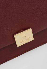 AIGNER - COSIMA - Taška spříčným popruhem - burgundy - 6