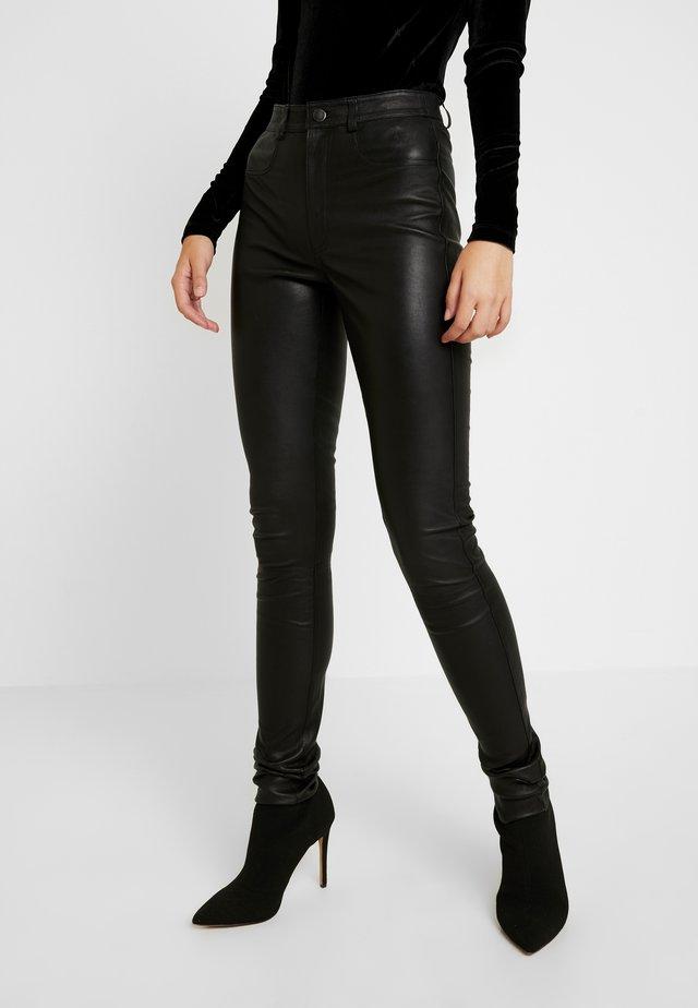 YASZEBA - Pantalones - black