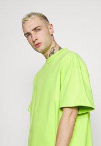 Weekday - GREAT - Camiseta básica - green bright - 3