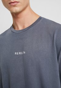 Topman - BERLIN GRAPHIC - Print T-shirt - grey - 5