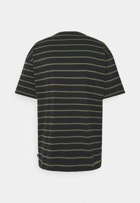 Nike SB - STRIP TEE UNISEX - Print T-shirt - black/khaki - 1