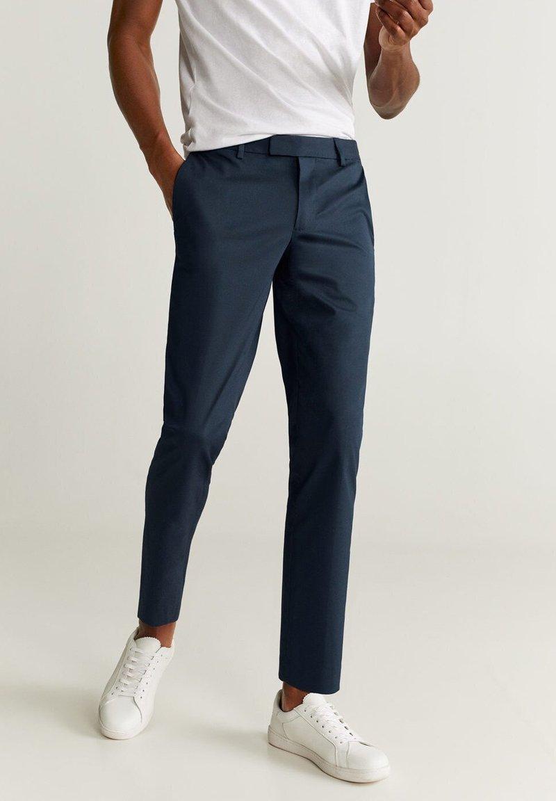 Mango - SLIM FIT-HOSE AUS TECHNISCHEM GEWEBE - Pantalon classique - marineblau