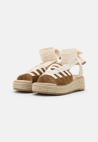 Emmshu - FORTUNE - Korkeakorkoiset sandaalit - brown - 2