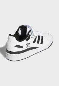 adidas Originals - FORUM LOW UNISEX - Sneakersy niskie - white/core black - 3