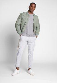 Lacoste - Pantalon de survêtement - silver chine/jonquille-black - 1