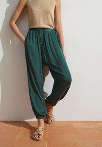 OYSHO - HAREM  - Pantaloni - evergreen - 0
