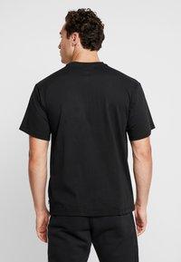 adidas Originals - SOLID - Camiseta estampada - black/white - 2