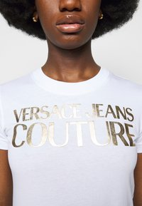 Versace Jeans Couture - LADY - Print T-shirt - optical white/gold - 5