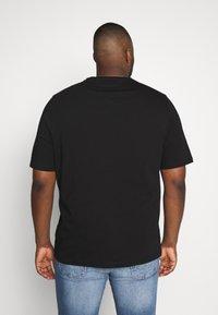 Tommy Hilfiger - LOGO TEE BIG & TALL - Print T-shirt - black - 2