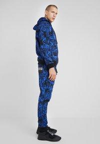 Versace Jeans Couture - BAROQUE ZIP HOODIE - Huvtröja med dragkedja - dark blue - 4