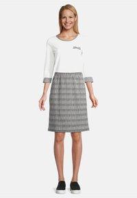 Betty Barclay - SCHMAL GESCHNITTEN - Pencil skirt - schwarz/weiß - 1