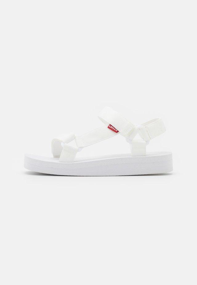 CADYS LOW - Sandały na platformie - regular white