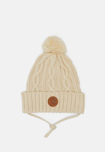 CABLE POMPOM HAT