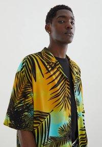 PULL&BEAR - MIT PALMEN - Shirt - yellow - 4