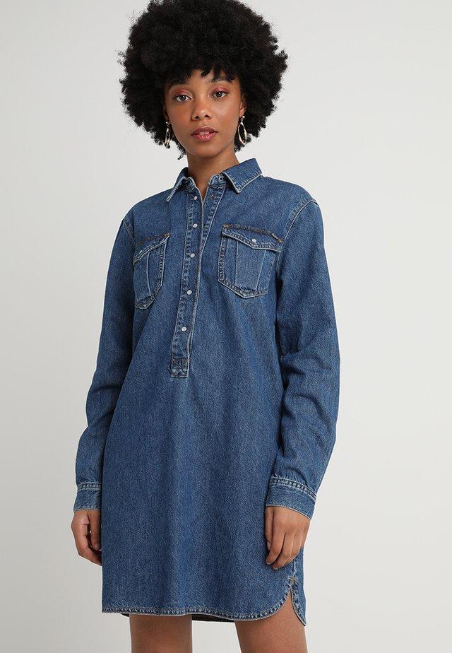 IRIS - Denimové šaty - denim