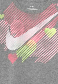 Nike Sportswear - STAMPED HEART - Camiseta estampada - dark grey heather - 2
