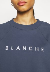 BLANCHE - HELLA EXCLUSIVE - Sweatshirt - indigo/white - 4