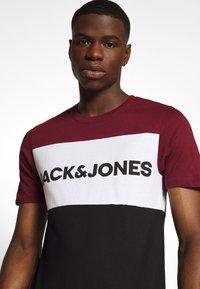 Jack & Jones - JJELOGO BLOCKING TEE - T-shirt con stampa - port royale - 4
