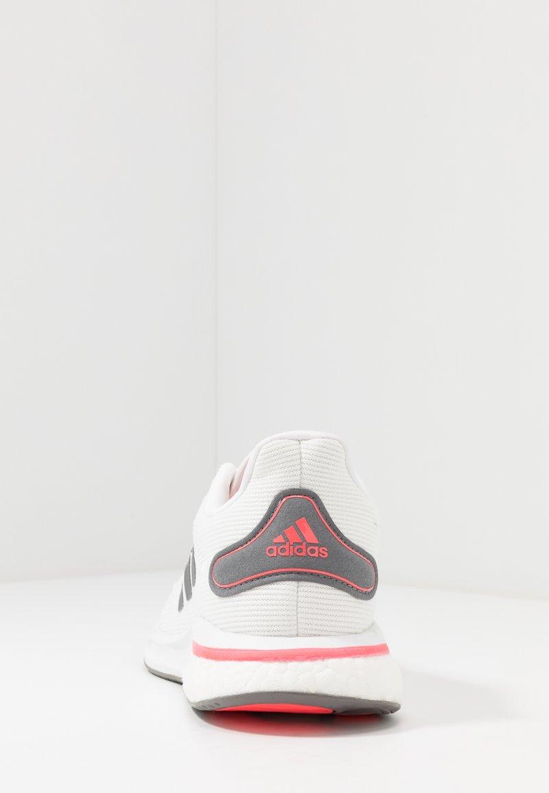 vegetariano Expulsar a si  adidas Performance SUPERNOVA - Zapatillas de running neutras - footwear  white/grey five/signal pink/blanco - Zalando.es