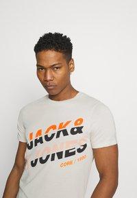 Jack & Jones - JCOALPHA TEE - T-shirt med print - silver birch - 3