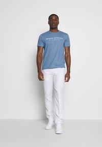 Marc O'Polo - SHORT SLEEVE ROUND NECK - Print T-shirt - riviera - 1