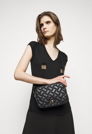 KENSINGTON CROSS BODY - Torba na ramię - black