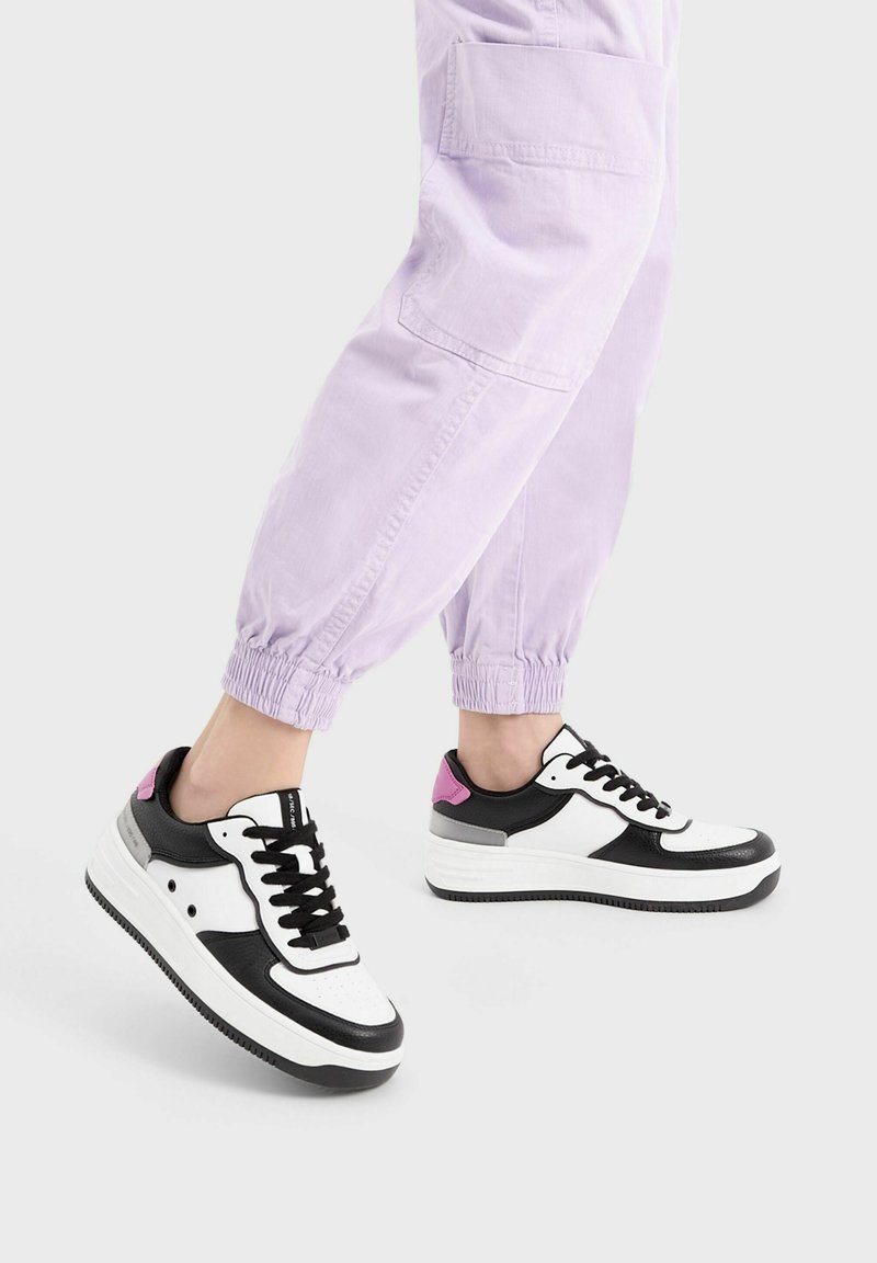 Bershka - MIT PRÄGUNG - Sneakers laag - white