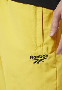 Reebok Classic - CLASSICS VECTOR TRACK PANTS - Tracksuit bottoms - toxic yellow - 3
