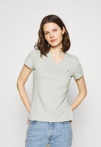 Tommy Hilfiger - NEW VNECK TEE - T-shirt print - delicate jade - 0