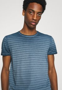 Marc O'Polo - SHORT SLEEVE ROUND NECK AMERICAN SHOULDER - Print T-shirt - total eclipse - 3