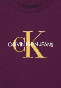 Calvin Klein Jeans - MONOGRAM  - T-shirts print - purple - 3