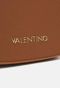 Valentino Bags - SUPERMAN - Taška spříčným popruhem - cognac - 4
